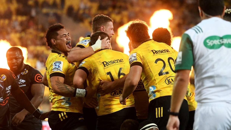 Los jugadores de Hurricanes celebran el intento de Danes Coles contra los Tiburones en Wellington
