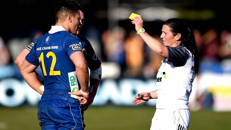El árbitro Rebecca Mahoney le otorga a Sio Tomkinson una tarjeta amarilla durante el partido Ranfurly Shield entre Otago y North Otago en Oamaru el año pasado