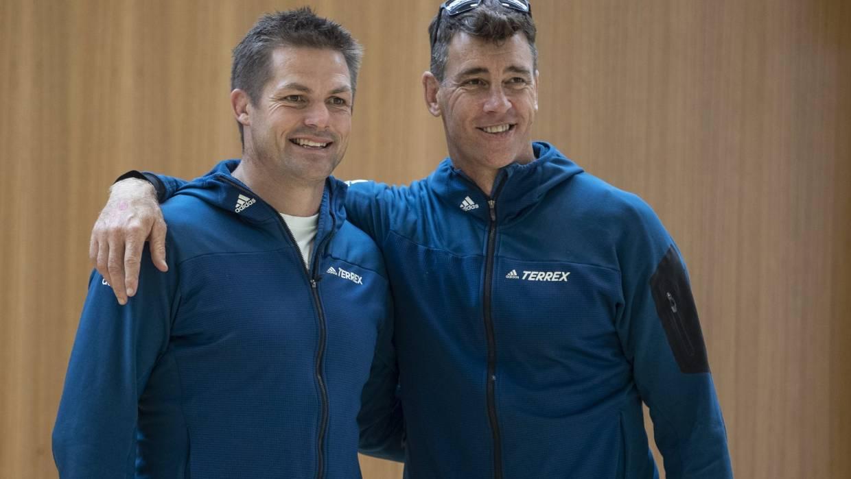 El jefe de jugadores Rob Nichol, a la derecha, con Richie McCaw en el evento Coast to Coast en febrero